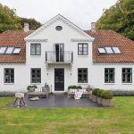 Został zbudowany w 1834 roku. Biały dom z orientalnymi dodatkami
