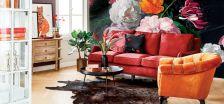 czerwona sofa i pomarańczowy fotel