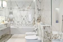 biały marmur w łazience