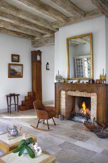 salon z kominkiem w domu z wapienia