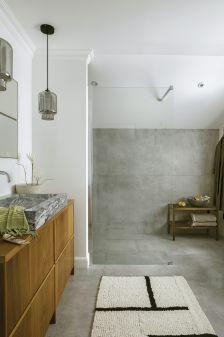 łazienka z betonem na ścianie