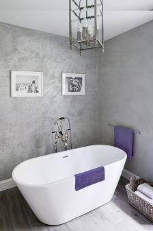 betonowa ściana w łazience