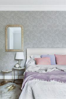 szara sypialnia różowe dodatki
