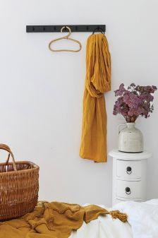 biała sypialnia z musztardowymi dodatkami