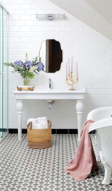 biała łazienka w stylu francuskim