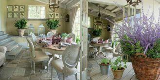 W domu dostrzeżemy zarówno elegancję i stylowe meble, jak i wiejskie elementy: wiklinowe kosze, belki na suficie..