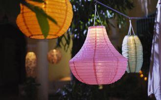 jak efektownie oświetlić ogród i balkon