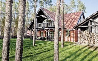 Drewniany dom nad jeziorem. Dwieście kilometrów od krzykliwego miasta, kilka kroków od plaży.