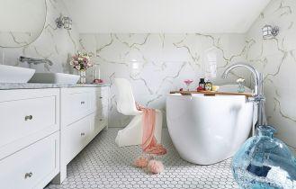 biała łazienka z różowymi dodatkami
