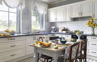 biała kuchnia urządzona antykami