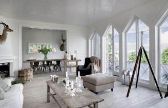 W białym salonie w stylu skandynawskim podziwiać można stolik kawowy i konsolkę firmy Rosmosegard.