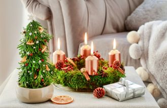 bożonarodzeniowe stroiki ze świecami adwentowymi
