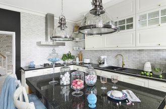 białe szafki kuchenne z czarnym blatem
