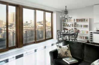 W apartamencie glamour dominują kolory chłodne i szlachetne: biel, czerń, perłowe odcienie szarości przypominające momentami