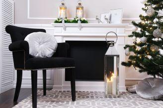 W pełnej zgodzie obok siebie stoją zarówno wiklinowe fotele, jak dostojne ludwiki. Stare nie boi się nowego, a luksusowe