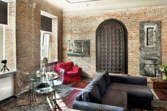 Na ścianie wiszą fotografie gospodarza. Te nad czerwonym fotelem, zostały zrobione w Weronie.