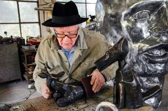 Józef Wilkoń - podczas pracy nad rzeźbami do wystawy Brązy Wilkonia, fot. Tomek Kowalski