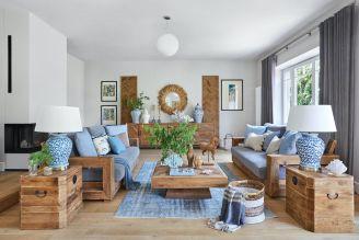 drewniane meble i niebieskie dodatki we wnętrzach