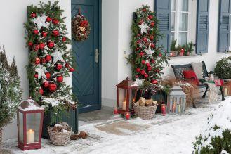 Poza klasycznym wieńcem zawieszonym na drzwiach możemy ozdobić wejście do domu za pomocą spektakularnych symetrycznych