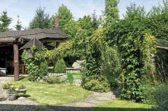 Letni pokój nad stawikiem. Ogród urządzony z pasją