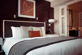 narzuty i poduszki do sypialni