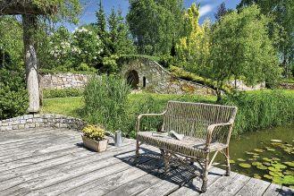 Ogród ze stawem, altankami i ławeczkami do dumania.