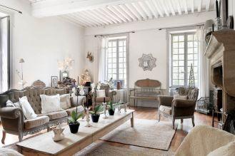 Romantyczne stylowe kanapy, fotele i ławka doskonale wpisują się we francuski styl salonu.
