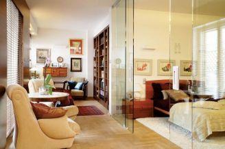 Sentymentalny salon prowadzi do gabinetów i sypialni.