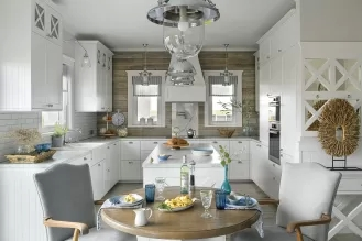 styl hamptons salon z kuchnią