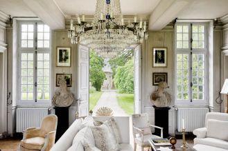 W domu nie ma holu - przez ogród wchodzi się od razu do salonu. Wisi w nim XVIII-wieczny kryształowy