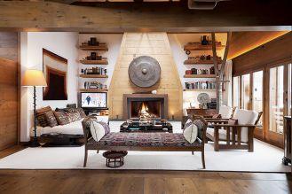 W salonie wisi świątynny gong z Bali, a na kuchennej ławie stoi kamienna rzeźba z indonezyjskiej wyspy Lombok.