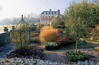 Winfield House otoczony zimowym ogrodem.