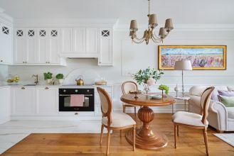 kuchnia z białymi frontami w stylu klasycznym
