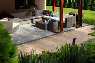 Drewniany taras i kamienne murki – ogrodowa klasyka w nowym wydaniu