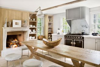biała kuchnia z kominkiem