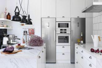 biała kuchnia zabudowana pod sufit