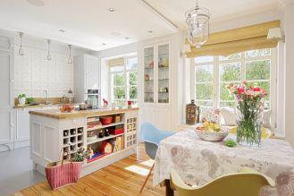 Białe szafy nawiązują do stylu wiktoriańskiego, fotele Eamsów to klasyka amerykańskiego designu.