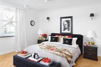 biała sypialnia z czarnymi dodatkami styl nowojorski