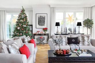 czerwono srebrny wystrój salonu na boże narodzenie