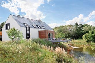 Dom otoczony jest tym, co gospodarze zastali dookoła, bo po co poprawiać naturę.