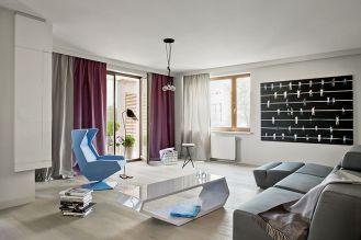 Jak i całe mieszkanie urządzony jest minimalistycznie, nowocześnie, obło i błyszcząco.