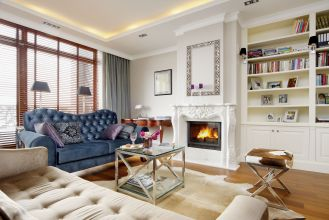 Klasyczny charakter salonu podkreślają marmurowy, rzeźbiony w kwiaty kominek, oraz proste, szerokie sztukaterie.