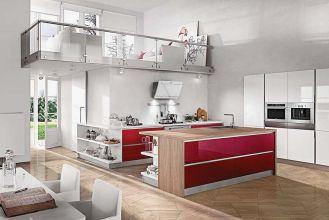 Kolekcja mebli Regola Sasso bez górnych szafek, za to z wyeksponowanym okapem, piekarnikiem i kawiarką, Home Cucine