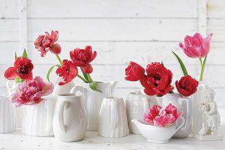 Kolorowe kwiaty w prostych wazonach.
