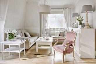 Lampy i biały stolik Magda kupiła w gdyńskiej galerii Deco Home Art. Kanapa przyjechała z Anglii od Laury Ashley.