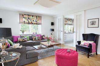 Na rolety Marzena wybrała tkaniny marki Manuel Canovas, a lniane zasłony w salonie to Colefax Flower, różowy puf