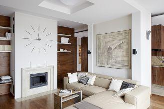 Nad sofą firmy Livingroom wisi tkanina artystyczna Anny Buczkowskiej.