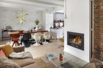 salon w stylu skandynawskim w starym domu