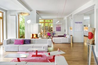 Ten nowoczesny dom pod Warszawą zaspokaja rozmaite pragnienia. Natury, otwartej przestrzeni, współczesności i relaksu.