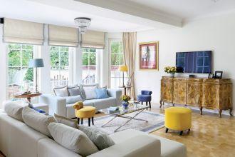 niebieskie i żółte dodatki do salonu